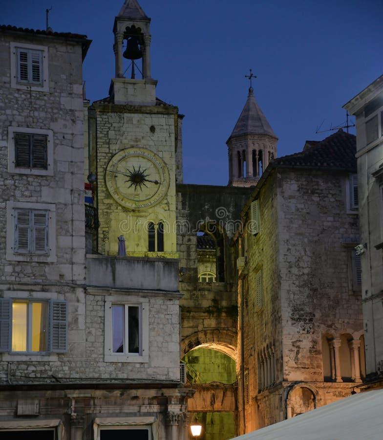 Spaccatura, Croazia, centro urbano medievale di notte fotografia stock