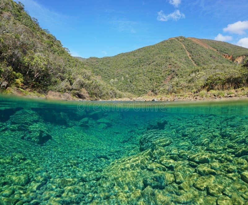 Spaccatura del paesaggio del fiume più sotto roccia subacquea fotografia stock