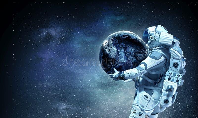 Spaceman φέρνει το μεγάλο πλανήτη Μικτά μέσα στοκ φωτογραφία με δικαίωμα ελεύθερης χρήσης