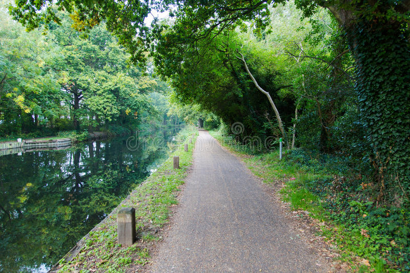 Spacer ścieżka w parkowym podwyżka śladzie przy wodnymi kanałami w Woking obrazy stock