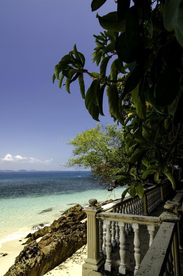 Spacer ścieżka wzdłuż tropikalnej plaży przy słonecznym dniem obraz royalty free