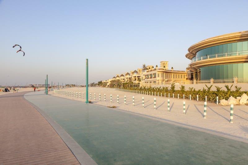 Spacer i bieg wykładamy przy plażą w Dubaj, UAE fotografia stock
