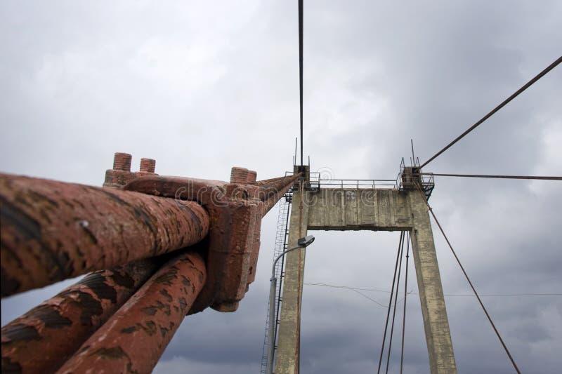 Spacer na chmurnym dniu wzdłuż przemysłowych miejsc miasto wzdłuż rzeki i bulwaru obrazy royalty free