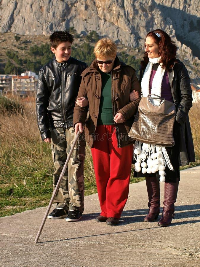 spacer niewidoma kobieta zdjęcia royalty free