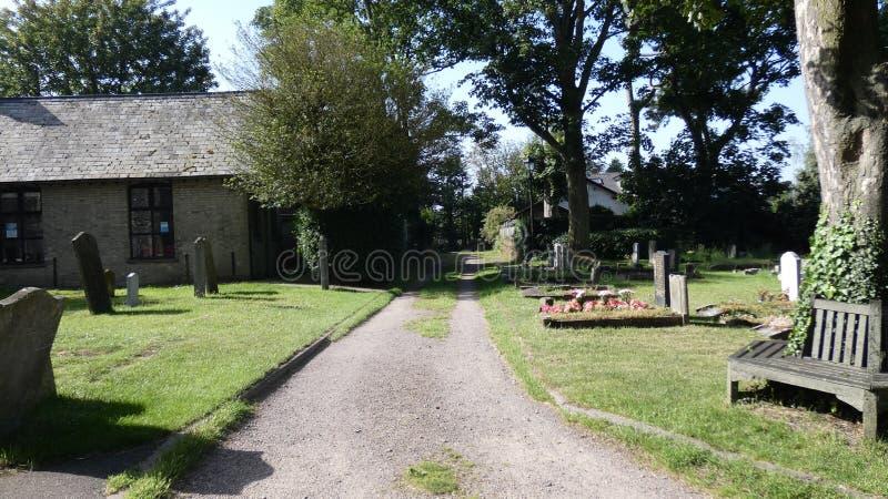 Spacer przez kościelnego jarda na pięknym letnim dniu obrazy stock