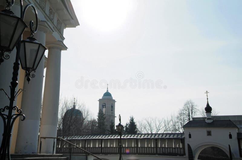 Spacer przez Moskwa monaster obraz royalty free