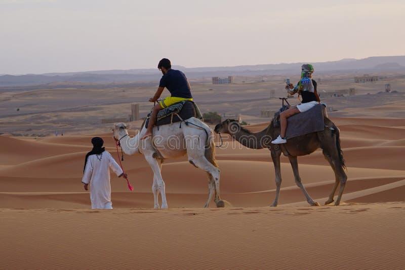 Spacer w erg pustyni w Maroko obrazy royalty free