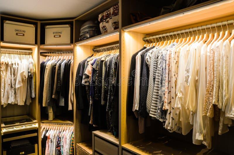 Spacer w szafie, przebieralnia zdjęcia stock