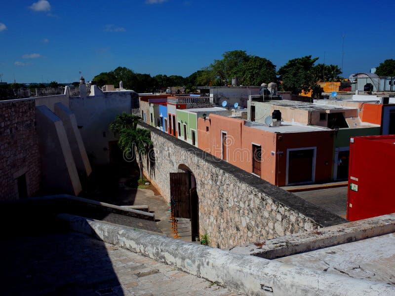 Spacer wzdłuż antycznych fortyfikacji Campeche w Meksyk obraz royalty free