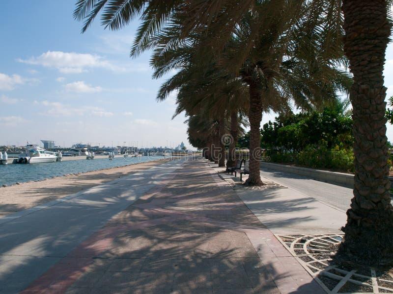Spacer wzdłuż Dubai Creek Park obrazy stock