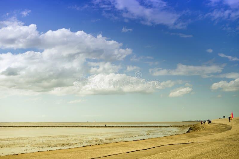 Spacer wzdłuż Północnego morza plaży obrazy royalty free