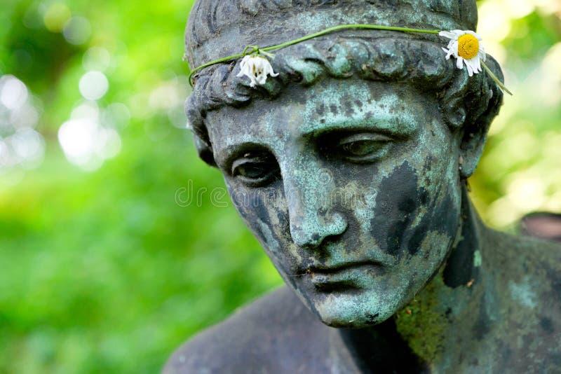 Spadać anioł statua fotografia stock