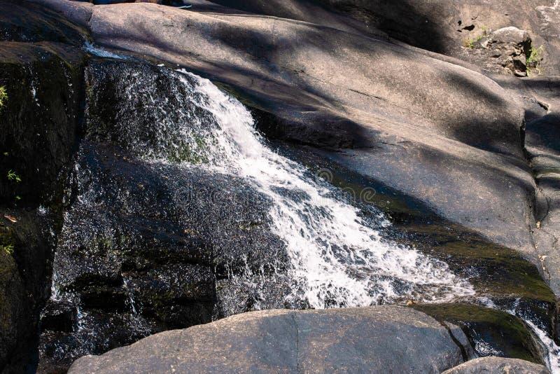 Spadać kaskadą siklawę na rzece w skalistych górach zdjęcie stock