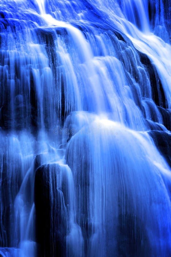 Spadać kaskadą siklawa puszka Wodne Toczne skały rzeka Pod Delikatna miękka część Zamazującym Wodnym spływaniem obrazy stock