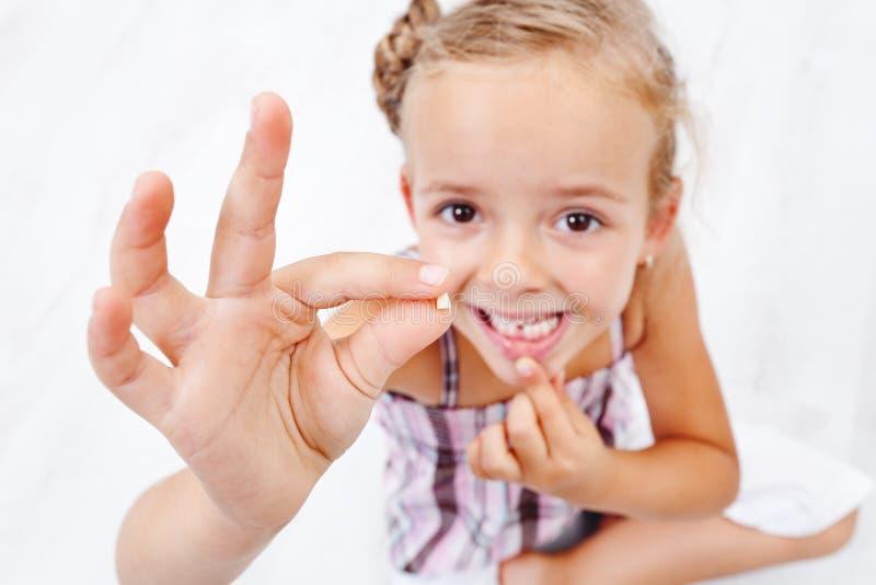 Spadać pierwszy mała dziewczynka ząb obrazy stock