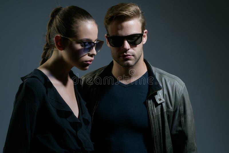 Spadać w miłości Para mężczyzna i kobiety odzieży mody szkła Moda modele w modnych słońc szkłach miłość pary obraz royalty free