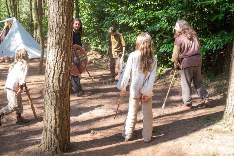 Spada degli adolescenti che combatte con le spade di legno fotografia stock libera da diritti