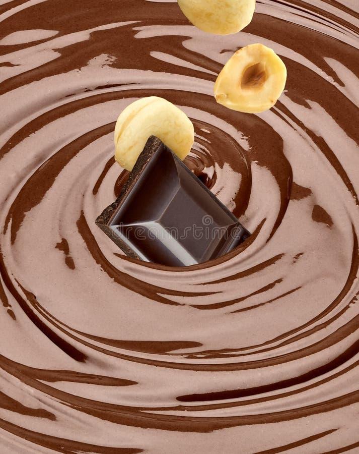 Spada dokrętki w rozciekłej czekoladzie i czekolady zdjęcie stock