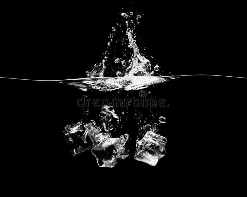 Download Spada Kostki Lodu Na Czarnym Tle Zdjęcie Stock - Obraz złożonej z czerń, woda: 106901690