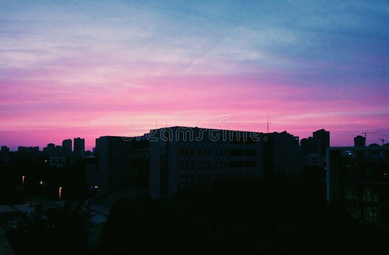 Spada słońce odbijał niebo w menchia kolorze fotografia royalty free