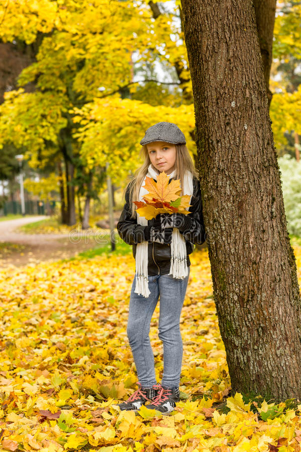 Spada w dziewczynie z jesień liśćmi i parku obrazy royalty free