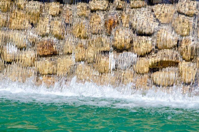 Spada wod przerwy w wiele pluśnięcia tworzy fale na lato słonecznym dniu zdjęcie stock