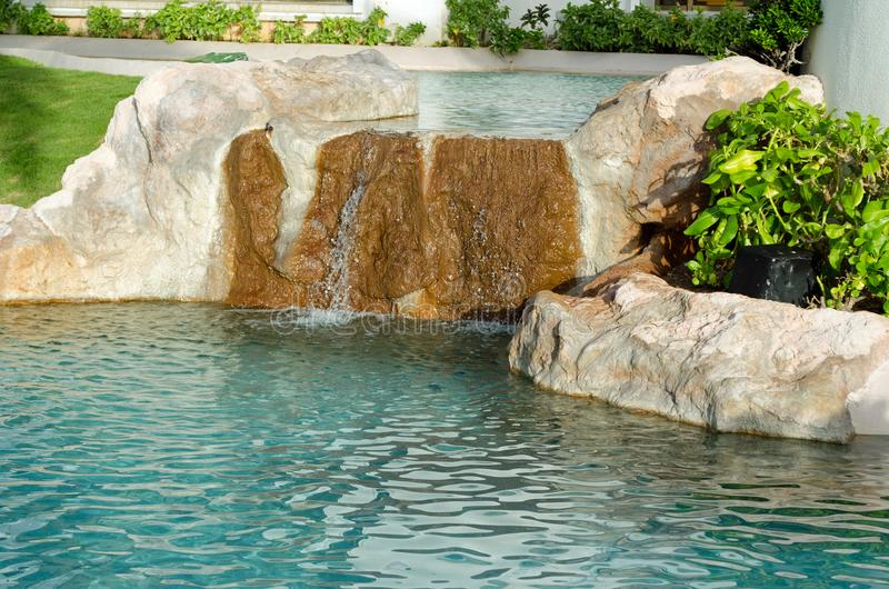 Spada woda na kamieniach w stawie zdjęcie stock