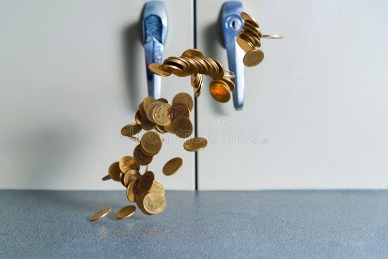 Spada złocistych monet pieniądze na biuro stole z dokumentu gabineta b zdjęcia royalty free