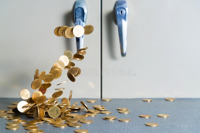 Spada złocistych monet pieniądze na biuro stole z dokumentu gabineta b obrazy stock
