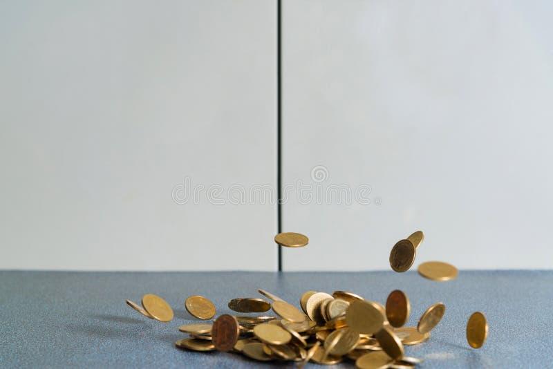 Spada złocistych monet pieniądze na biuro stole z dokumentu gabineta b obraz stock