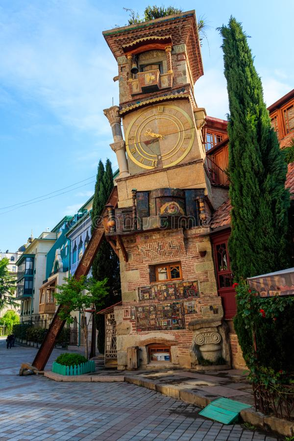 Spada Zegarowy wierza kukiełkowy teatr Rezo Gabriadze w starym miasteczku Tbilisi, Gruzja zdjęcie stock