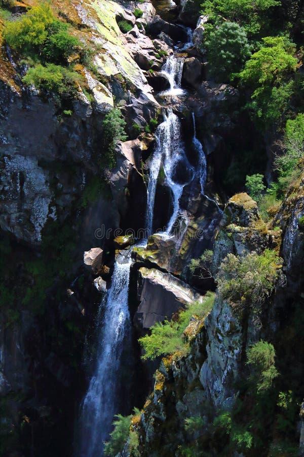 Spadający kaskadą wodę Toxa Rzeczny spływanie zestrzela rockowe formacje w Galicia, Hiszpania obraz stock