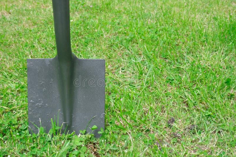 Spade in de grond royalty-vrije stock afbeelding