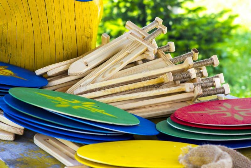 Spade e schermi di legno del ` s dei bambini immagine stock