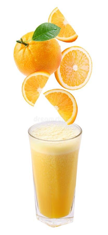 spadek świezi szklani soku pomarańcze plasterki zdjęcia stock
