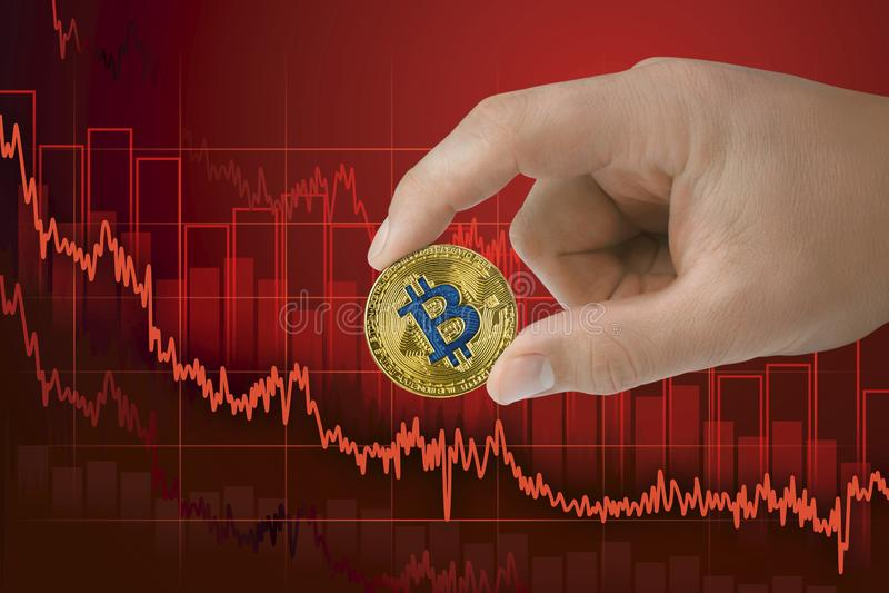 Spadek w wekslowym bitcoin Zmniejszanie wartości cryptocurrency Spada downtrend ceny wykresu tło obraz royalty free