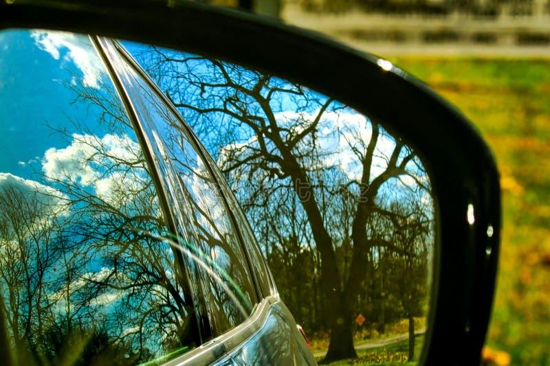 Spadków kolory odbijają w rearview lustrze samochód parkujący w Indiana lesie obraz royalty free