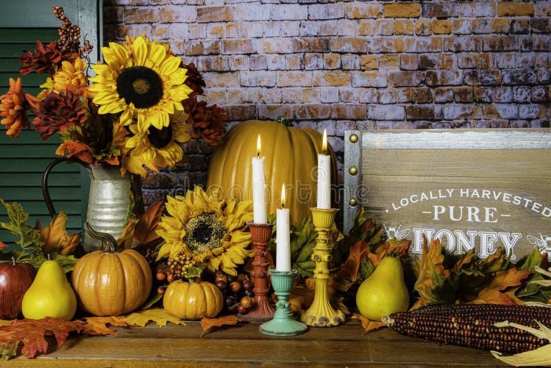 Spadków kwiaty i pomarańczowe banie dla dziękczynienia zdjęcie stock