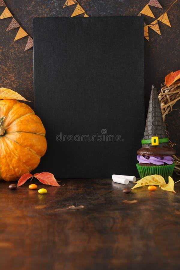 Spadku chalkboard tło z banią i Halloween fundami zdjęcia stock