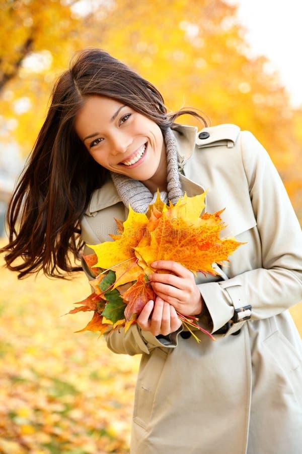 Spadku, jesieni kobieta trzyma kolorowych liście/ zdjęcie royalty free