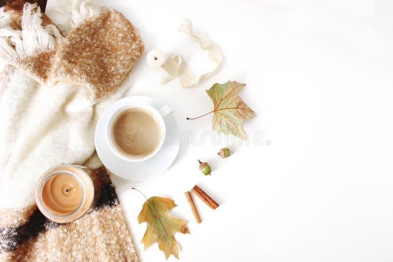 Spadku kobiecy projektujący skład Styl życia scena z filiżanką gorąca czekolada, szkocka krata i jesień liście, Biel stół obraz royalty free