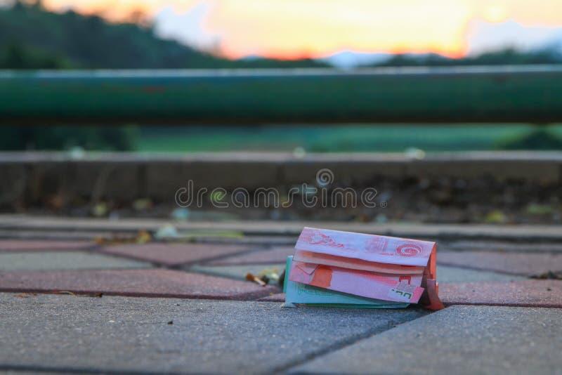Spadku pieniądze na chodniczku w jawnym parku obrazy stock