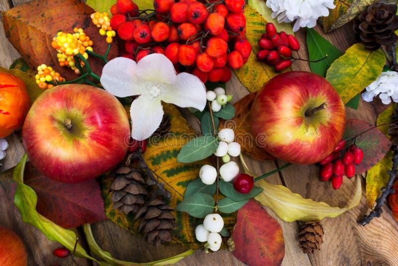 Spadku stołowy centerpiece z jabłkami i białymi jedwabiów kwiatami, odgórny v fotografia stock