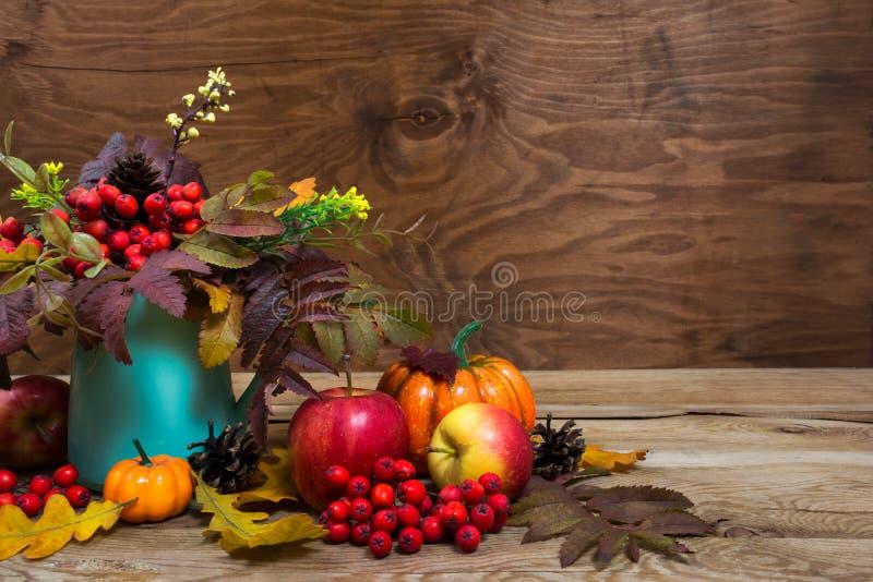 Spadku stołowy centerpiece z rowan jagodami, liście w turkusie v fotografia stock