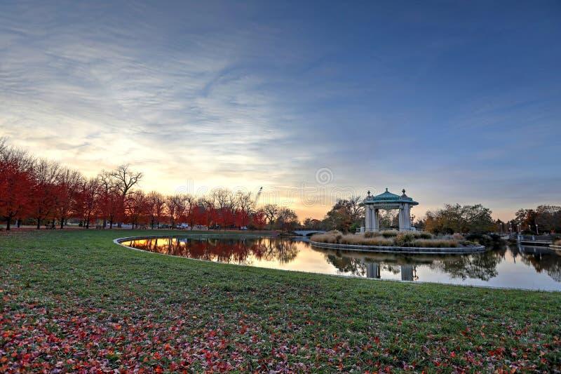 Spadku ulistnienie wokoło Lasowego Parkowego bandstand w St Louis, Missouri obraz royalty free