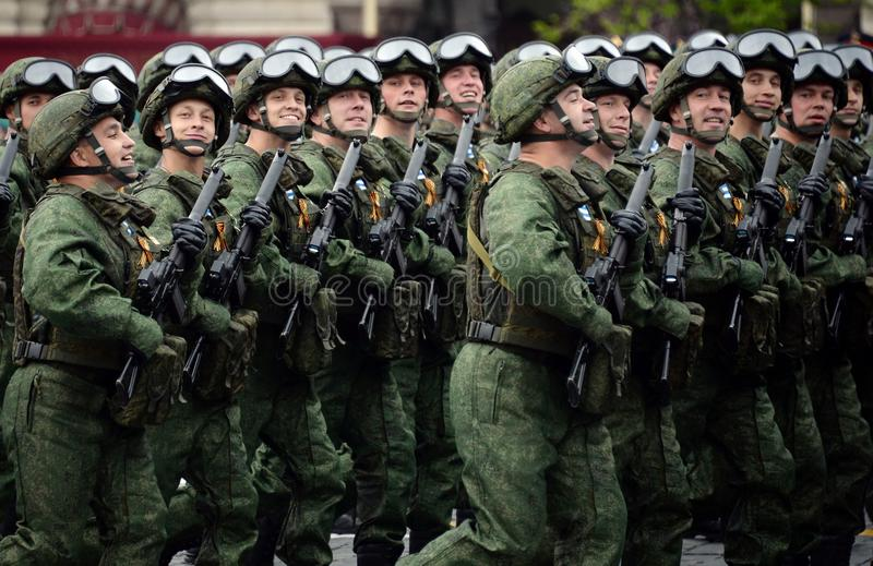 Spadochroniarzi 331st Chronią Spadochronowego pułku Kostroma podczas próby kostiumowej parada na placu czerwonym zdjęcie royalty free