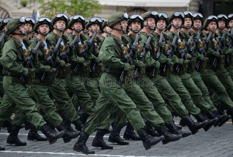 Spadochroniarzi 331st Chronią Spadochronowego pułku Kostroma podczas próby kostiumowej parada na placu czerwonym fotografia stock