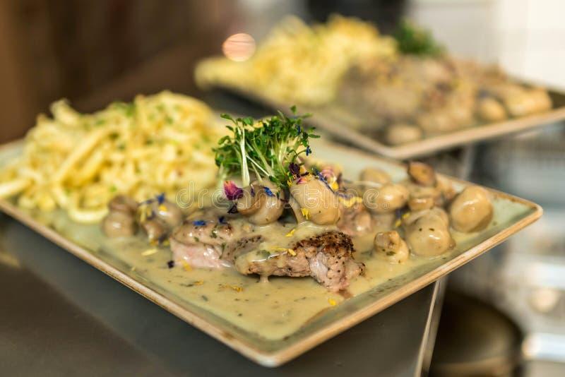 Spaetzle德语烘烤了尼奥基用鸡肉、蘑菇蘑菇芦笋和乳酪 免版税库存图片