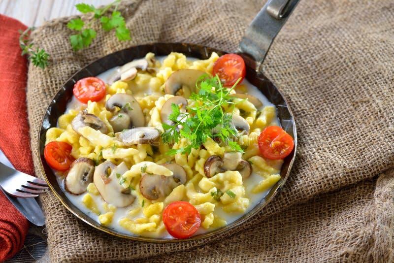 Spaetzle με τη σάλτσα μανιταριών στοκ εικόνες