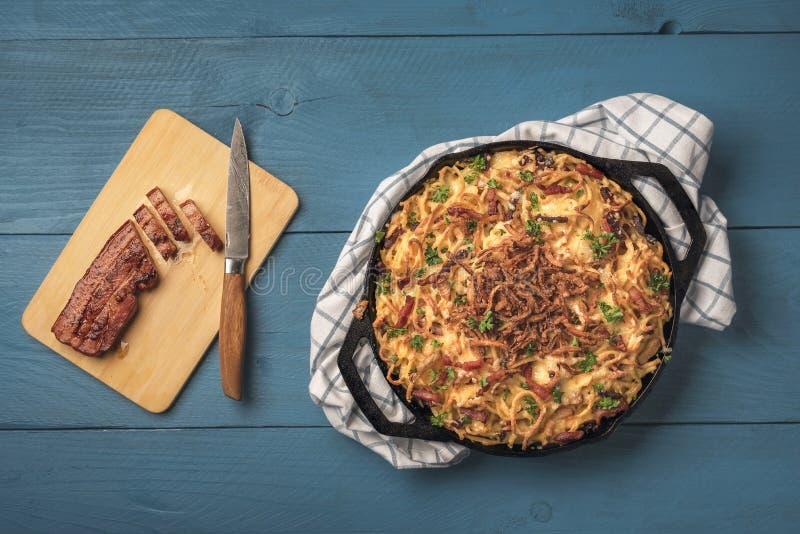 Spaetzle allemand au bacon et oignon frit images stock
